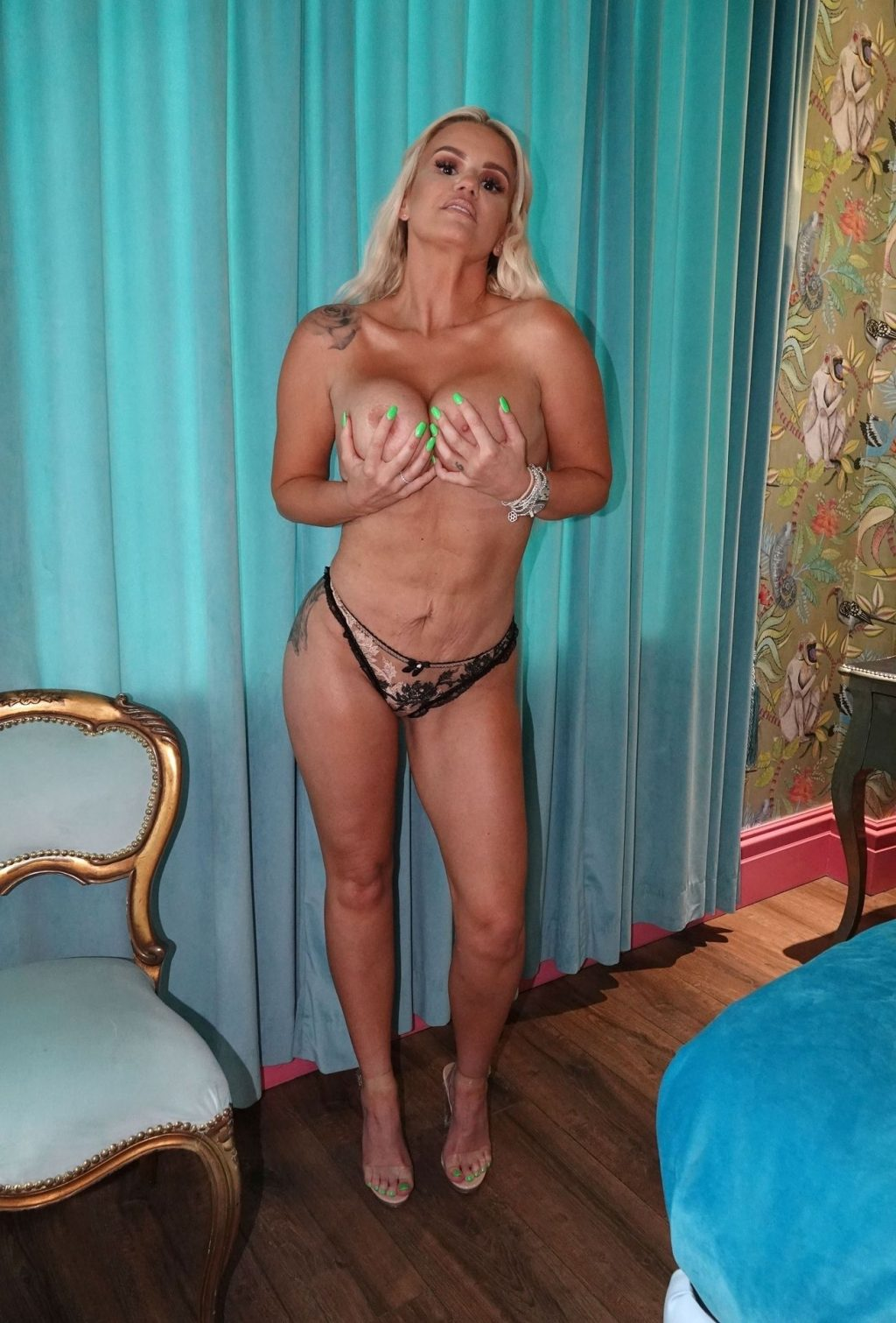 Kerry Katona Shows Off Her Nude Boobs For Her Fans (22 Photos)