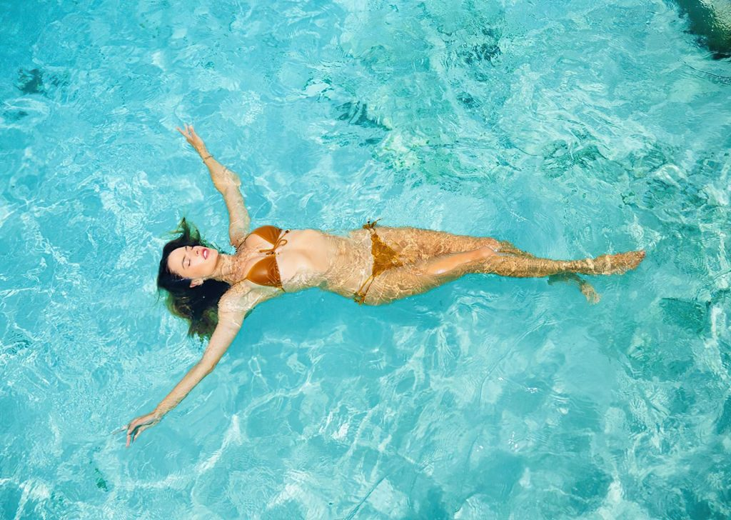 Alessandra Ambrosio Enjoys a Day in the Maldives (3 Photos)