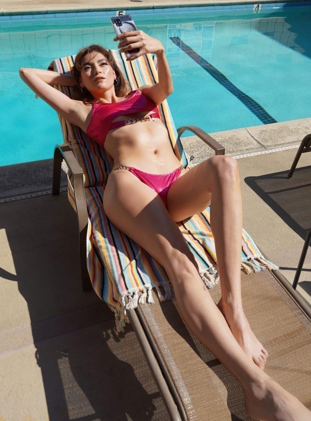 Blanca Blanco Enjoys a Day at the Pool (20 Photos)