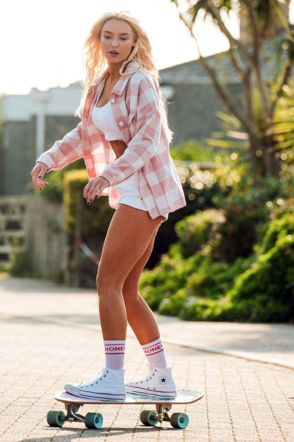 Lucie Donlan Glides Down the Streets of Newquay on Her Skateboard (16 Photos)