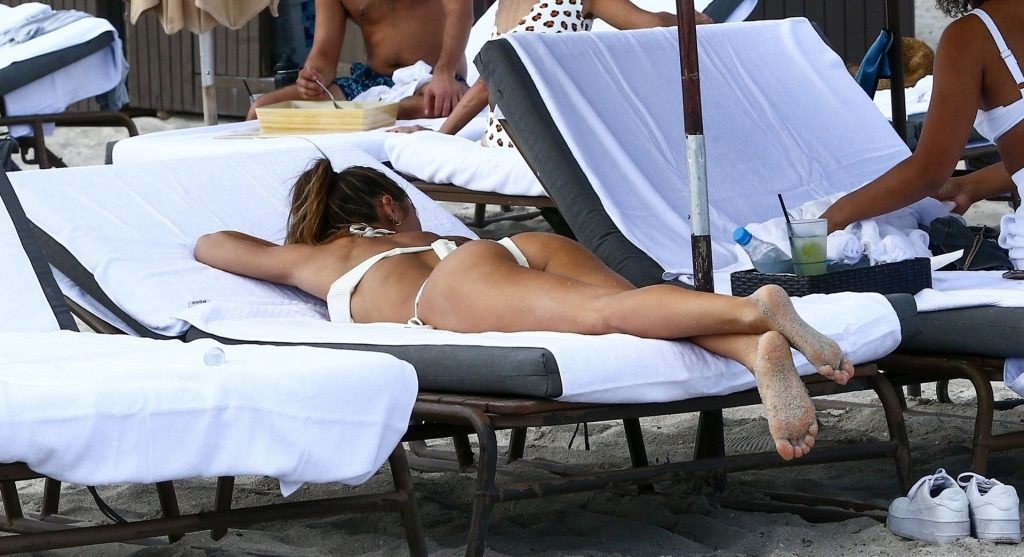 Jocelyn Chew Enjoys a Sunny Sunday with Friends in Miami Beach (57 Photos)