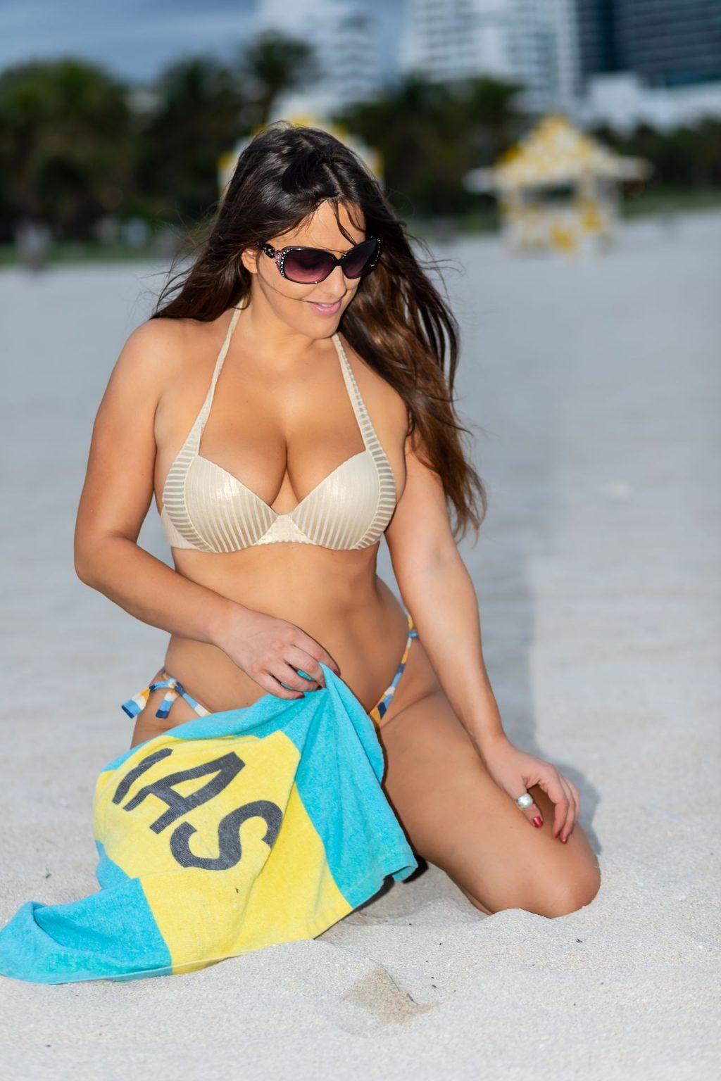 Claudia Romani Poses on the Beach in Miami (20 Photos)