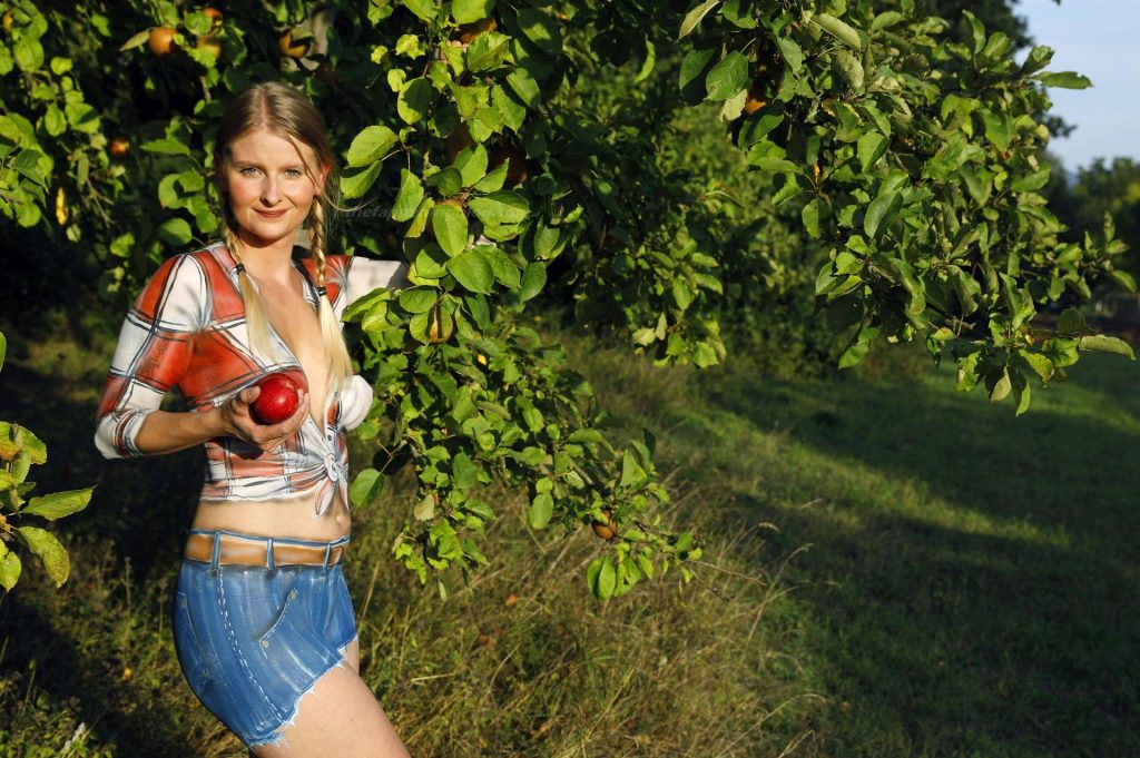 Model Randy Shows Her Naked Body Covered with Paint (25 Photos)