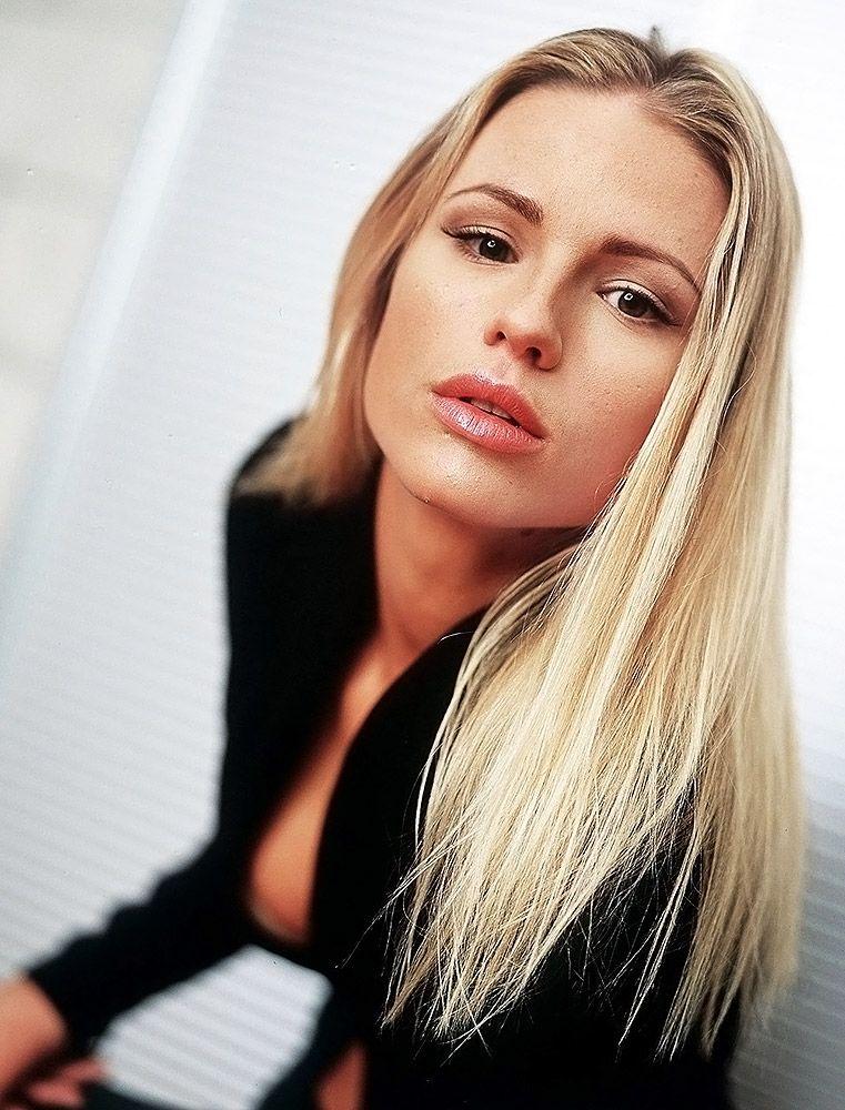 Michelle Hunziker NUDE, Sexy & Topless (103 Photos + Videos)