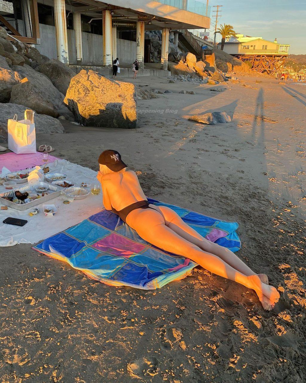 Busty Caroline Vreeland Enjoys a Day on the Beach (7 Photos)