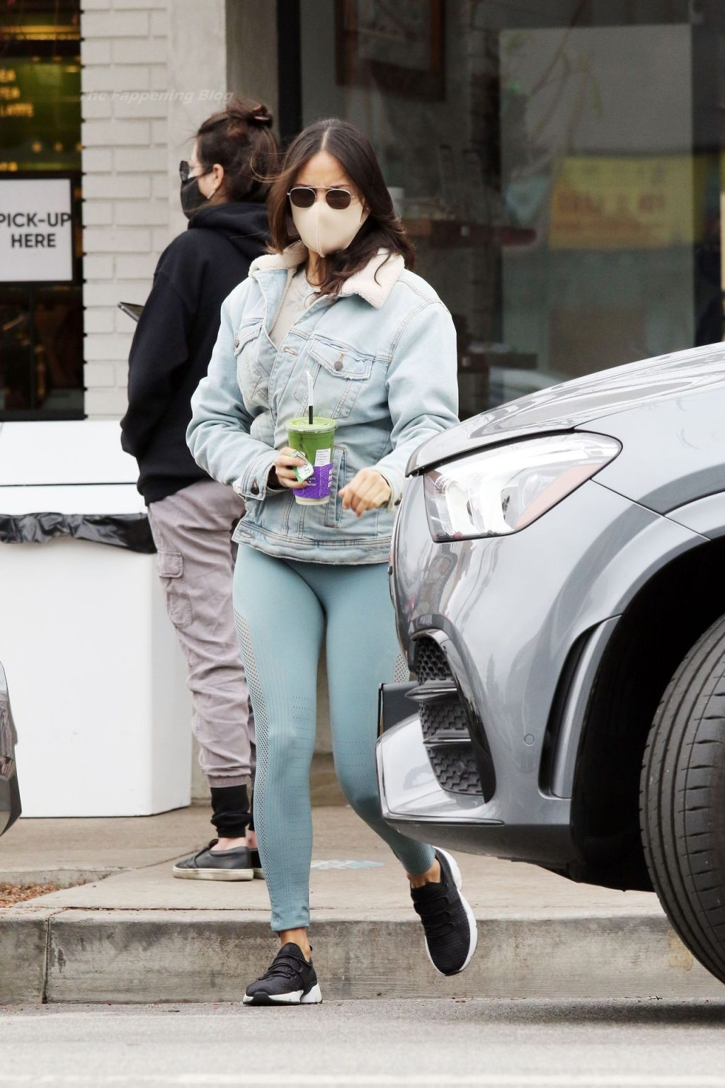 Eiza Gonzalez is Spotted Making a Green Juice Run in LA (30 Photos)