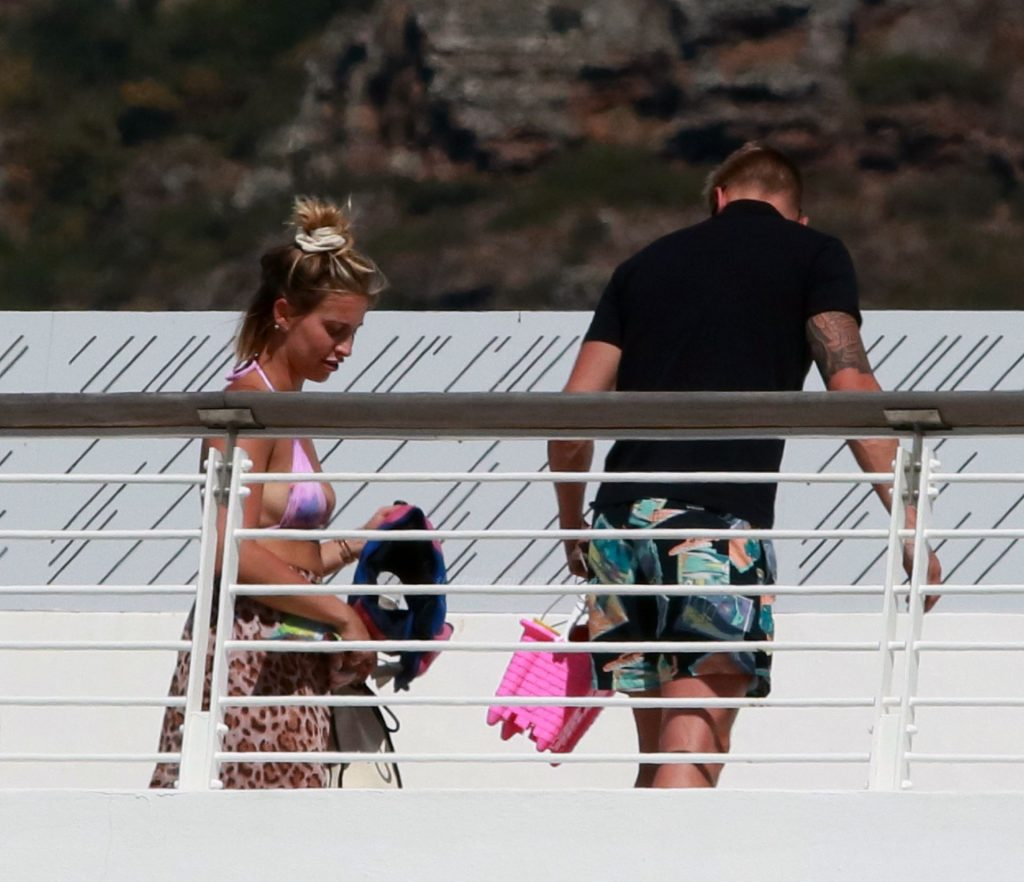 Ferne McCann is Seen at Her Hotel in Cape Town (9 Photos)