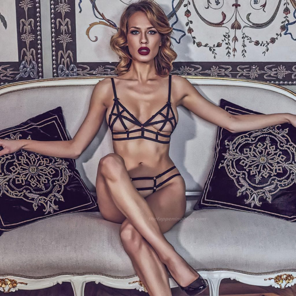 Sexy Models Pose for a New Lavinia Lingerie Campaign (21 Photos)