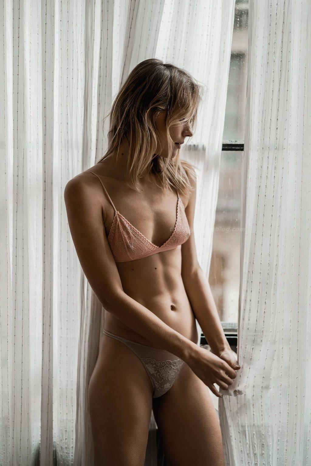 Lize Römer Shows Off Her Nipples (15 Photos)