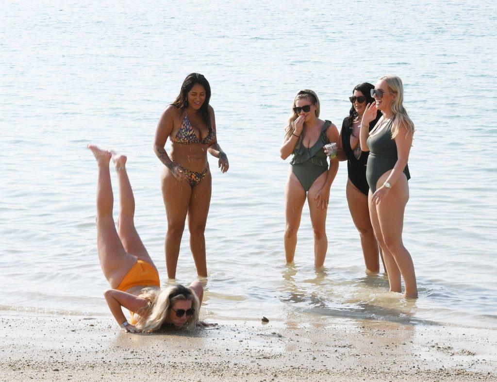 Malin Andersson is Seen Enjoying Some Winter Sun in Dubai (55 Photos)