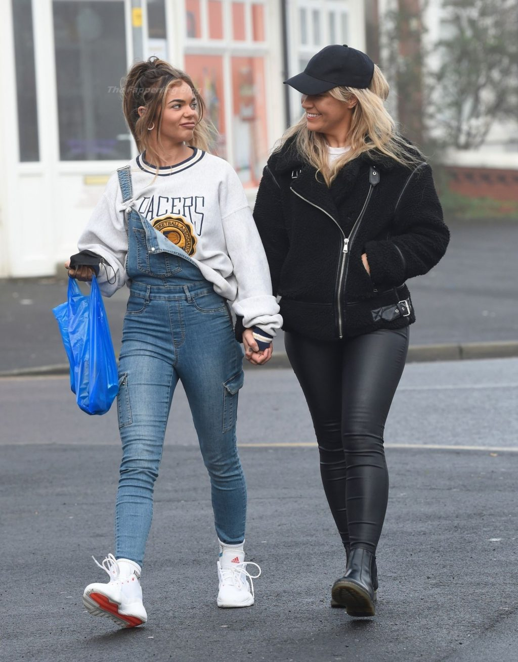 Lesbians Sarah Hutchinson & Charlotte Taundry are Seen Kissing in Blackpool (31 Photos)