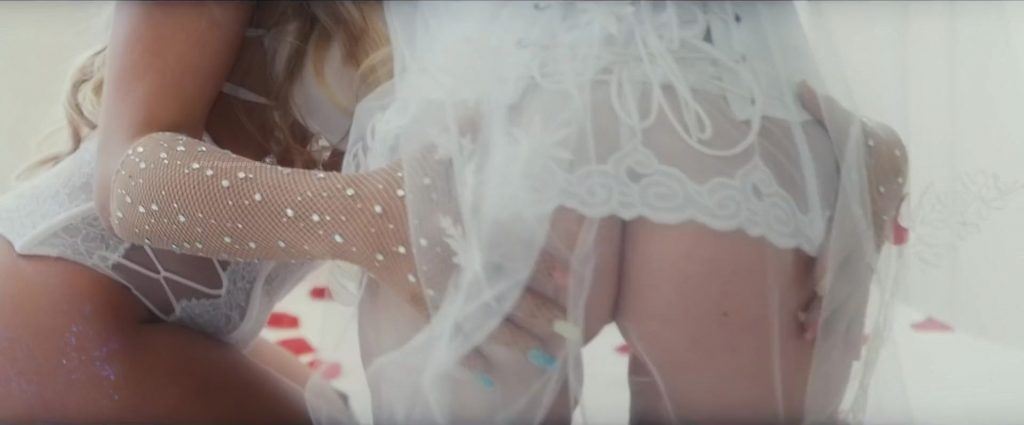 Bella Thorne Shows Off Her Lesbian Skills (26 Pics + Videos)