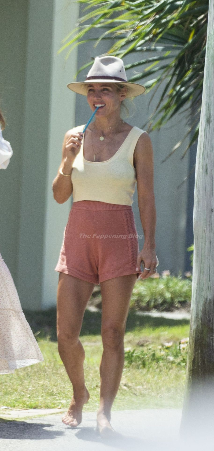 Elsa Pataky Enjoys a Day with Friends in Byron Bay (21 Photos)