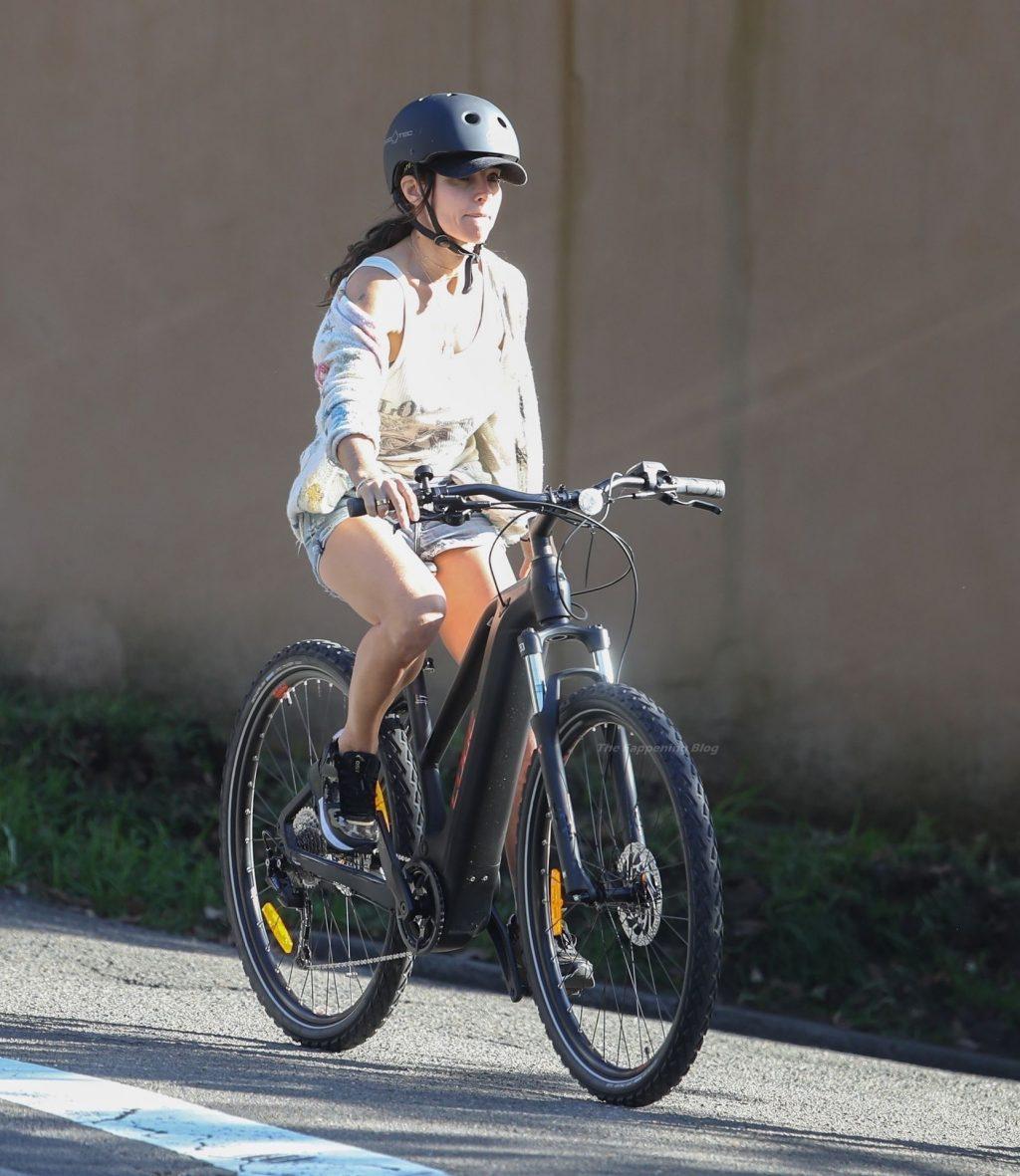Elsa Pataky Enjoy a Bike Ride (26 Photos)