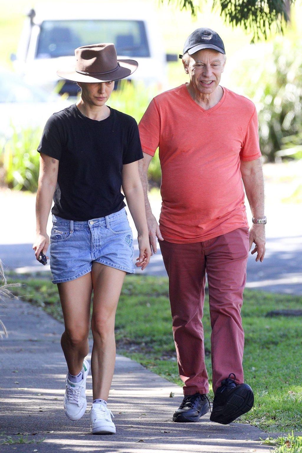 Braless Natalie Portman is Pictured Enjoying Breakfast with Her Parents in Sydney (56 Photos)
