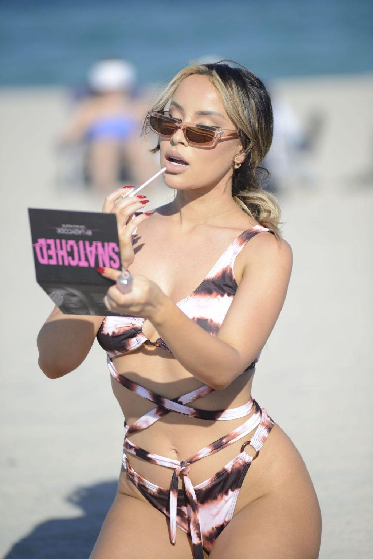 Lisa Opie Takes Her Bikini Body To Miami Beach (24 Photos)