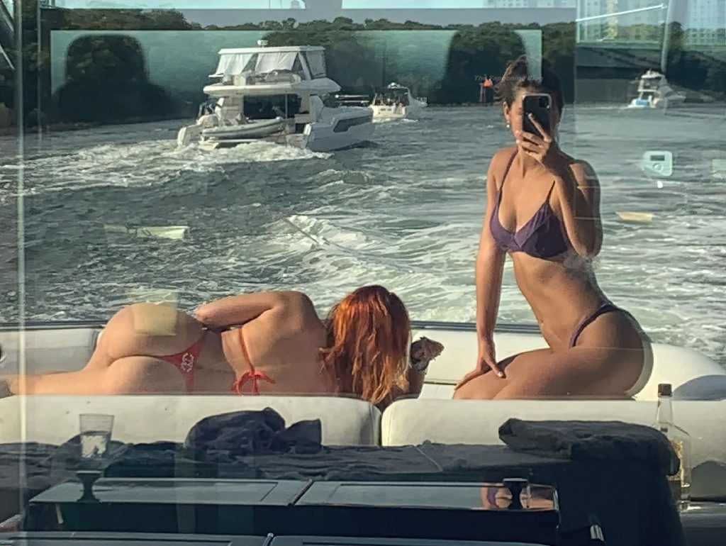 Bella Thorne Shows Off Her Nice Ass (4 Photos)
