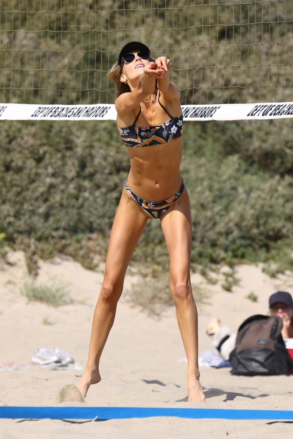 Ludi Delfino Enjoys a Day on the Beach (25 Photos)