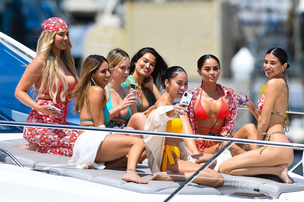 Nicole Williams Enjoys Yacht Party With Shanina Shaik And Other Chicks (23 Photos + Video)