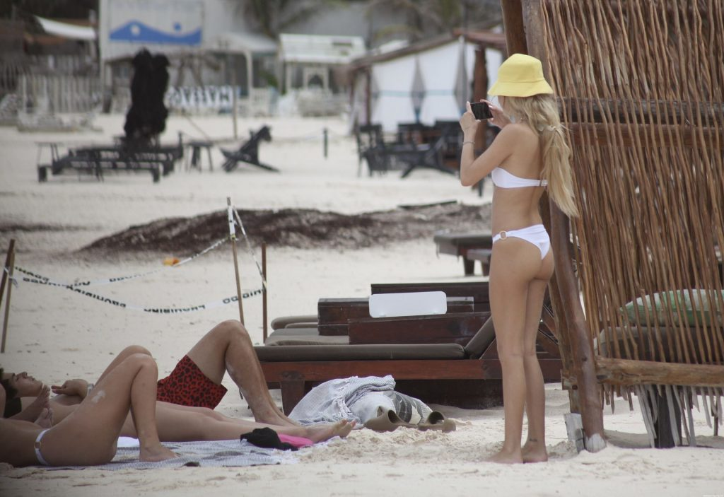 Delilah Hamlin Hits the Beach with Friends in Mexico (43 Photos)
