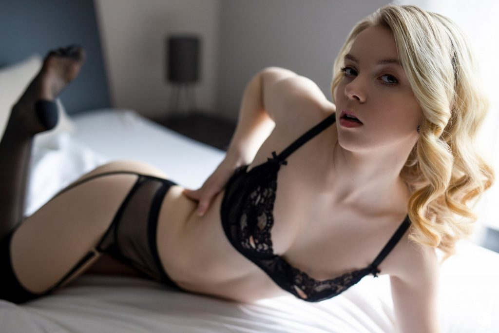Emmi Nude – Passionately Waiting (31 Photos + Video)