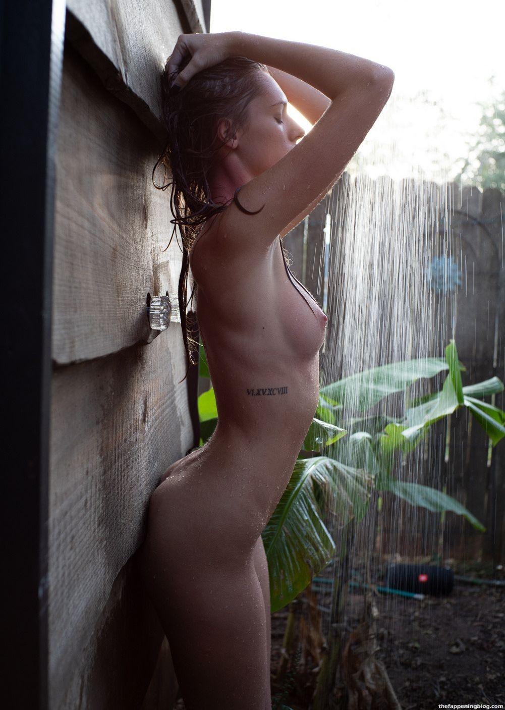 Alexis Bumgarner Nude & Sexy (18 Photos)