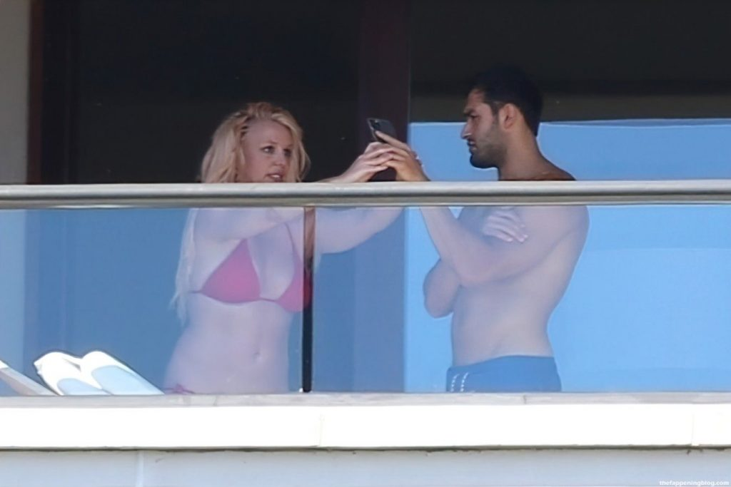 Britney Spears Snaps Pics on the Balcony While on Vacation in Maui (62 Photos)