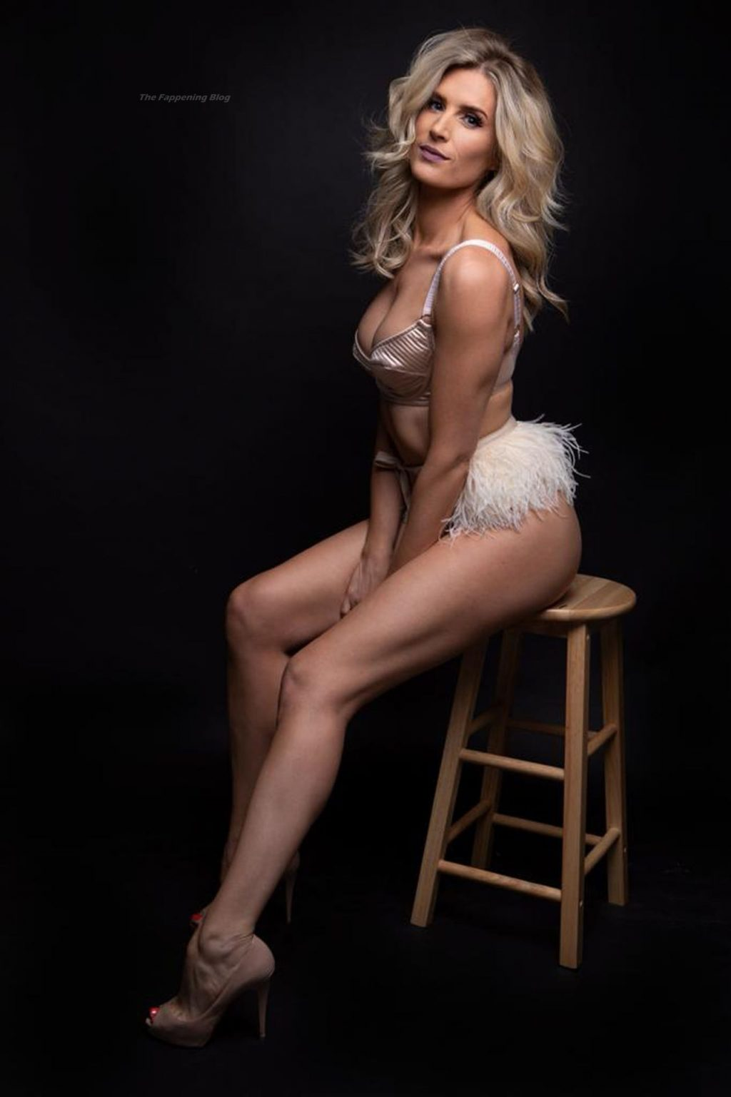 Sarah Jayne Dunn Showcases Her Alluring Sultry Figure (16 Photos)