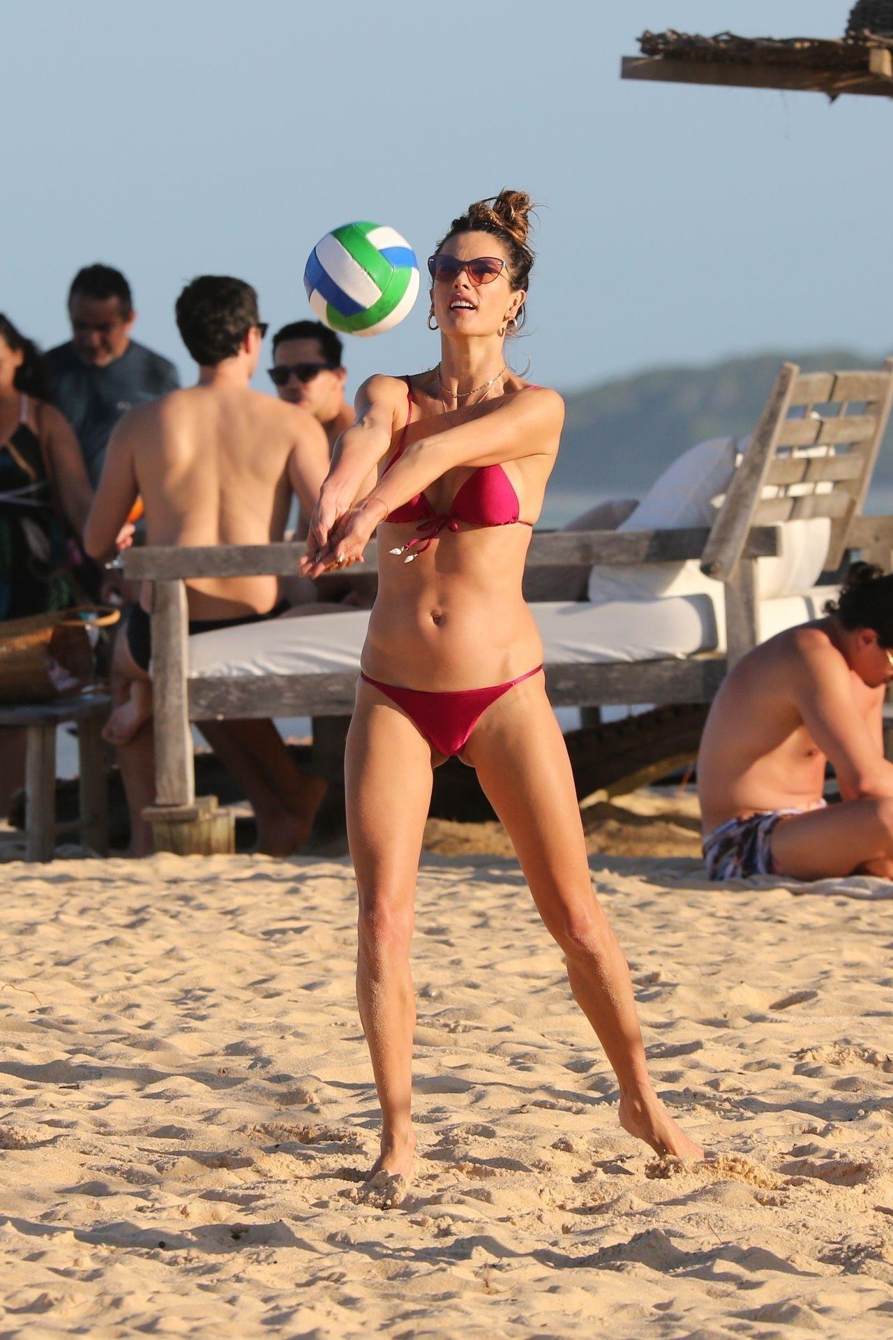 Alessandra-Ambrosio-Sexy-47-thefappeningblog.com_-1.jpg
