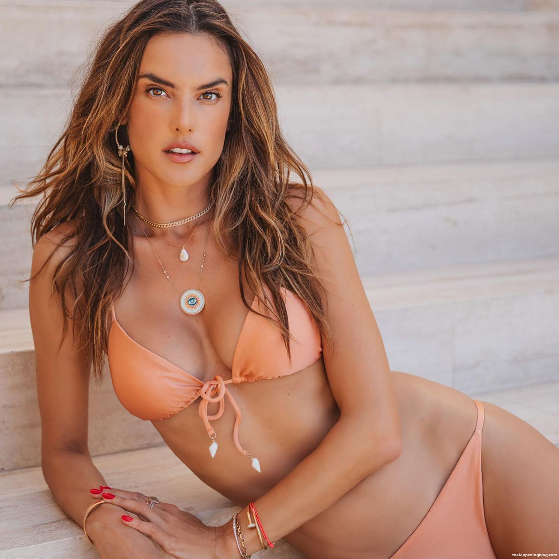 Alessandra-Ambrosio-Sexy-Bikinis-6-thefappeningblog.com_.jpg