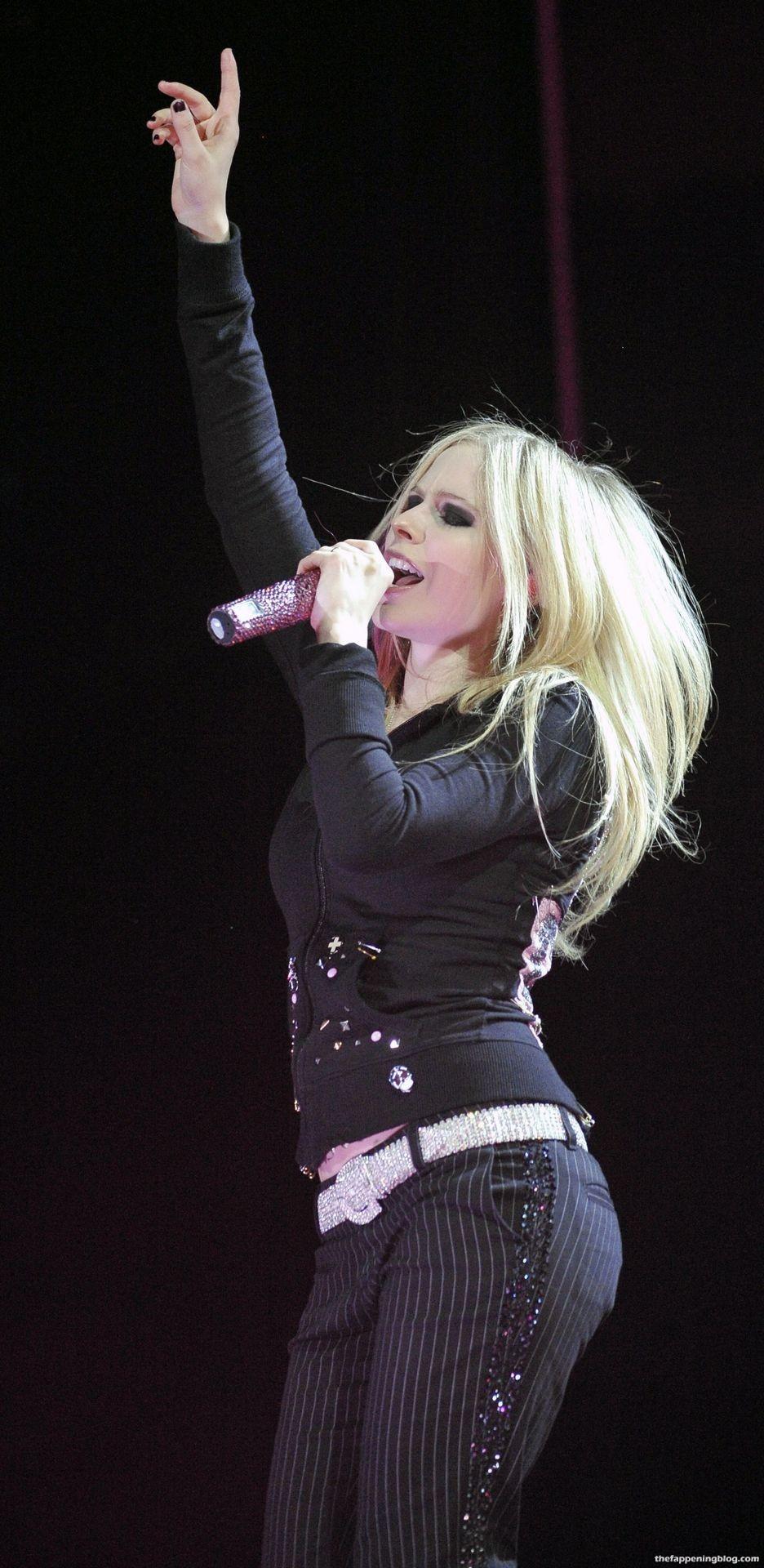 Avril Lavigne Nude & Sexy Collection – Part 2 (155 Photos + Videos)