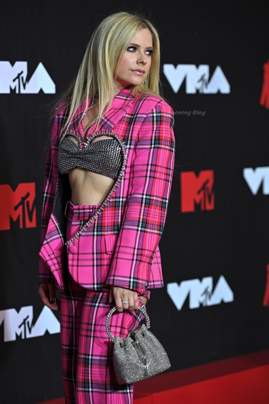 Avril Lavigne Looks Hot at the 2021 MTV Video Music Awards (30 Photos + Video)