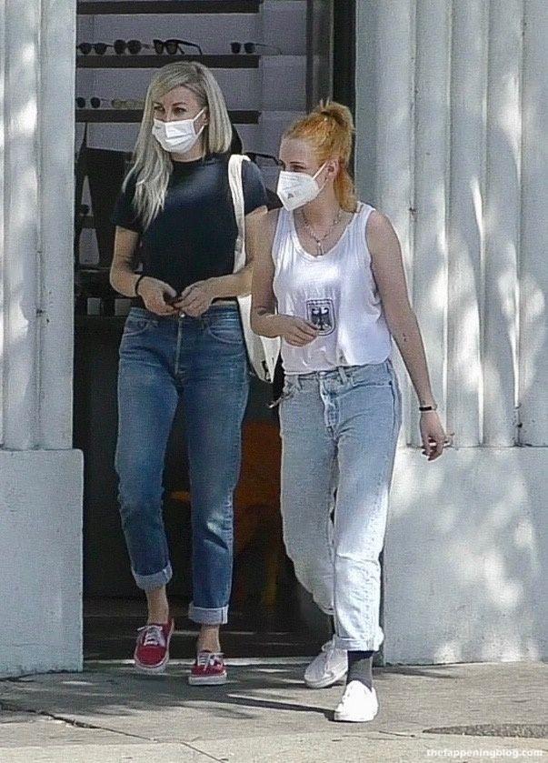 Kristen Stewart & Dylan Meyer Shop For Sunglasses in LA (26 Photos)