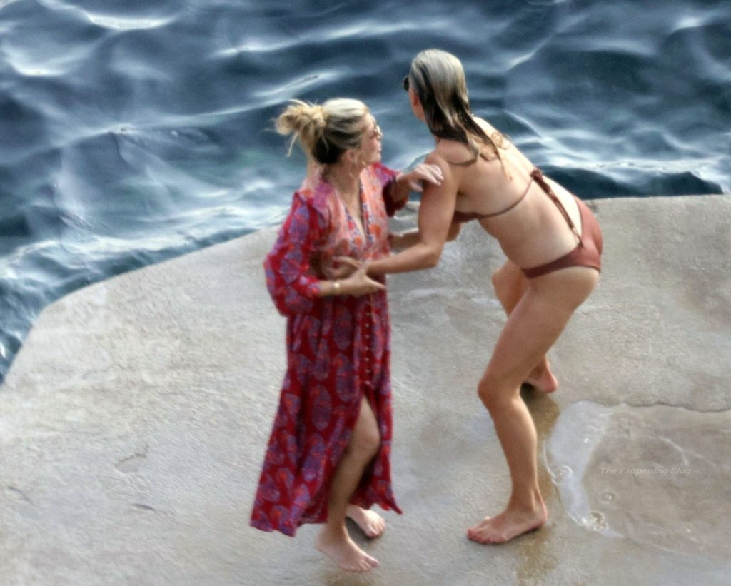 Molly Sims & Scott Stuber Enjoy a Relaxing Sea Holiday in Capri (62 Photos) [Updated]