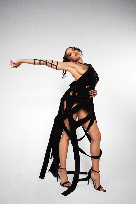 Tinashe Shows Her Nude Boob (2 Photos)