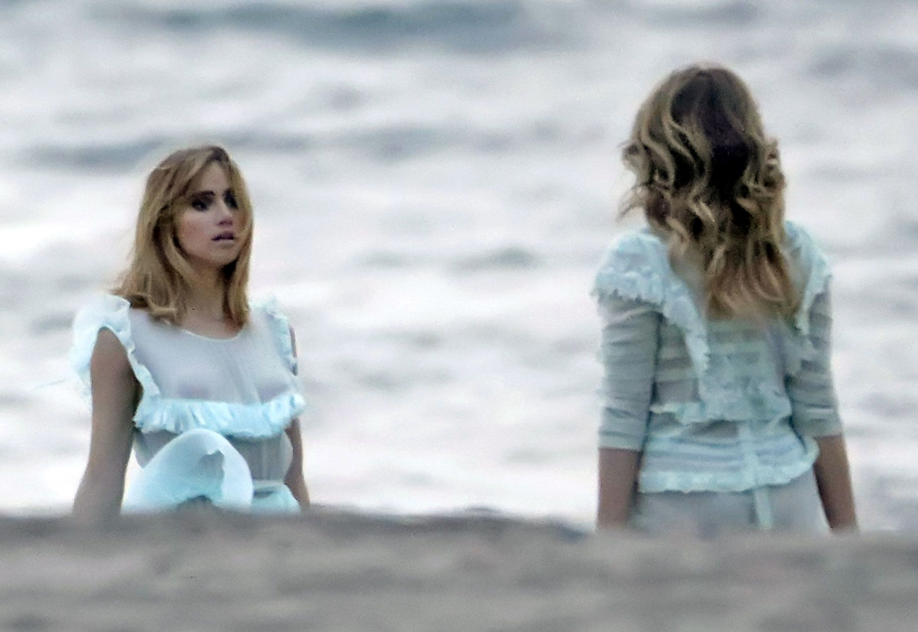 0907234845742_128_Suki-Waterhouse-nude-naked-sexy-topless-hot-cleavage-10-3-thefappeningblog.com_.jpg