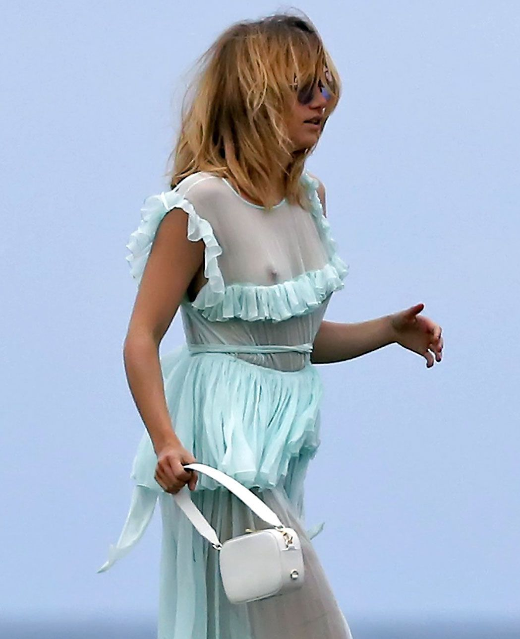 0907234845742_133_Suki-Waterhouse-nude-naked-sexy-topless-hot-cleavage-15-1-thefappeningblog.com_.jpg