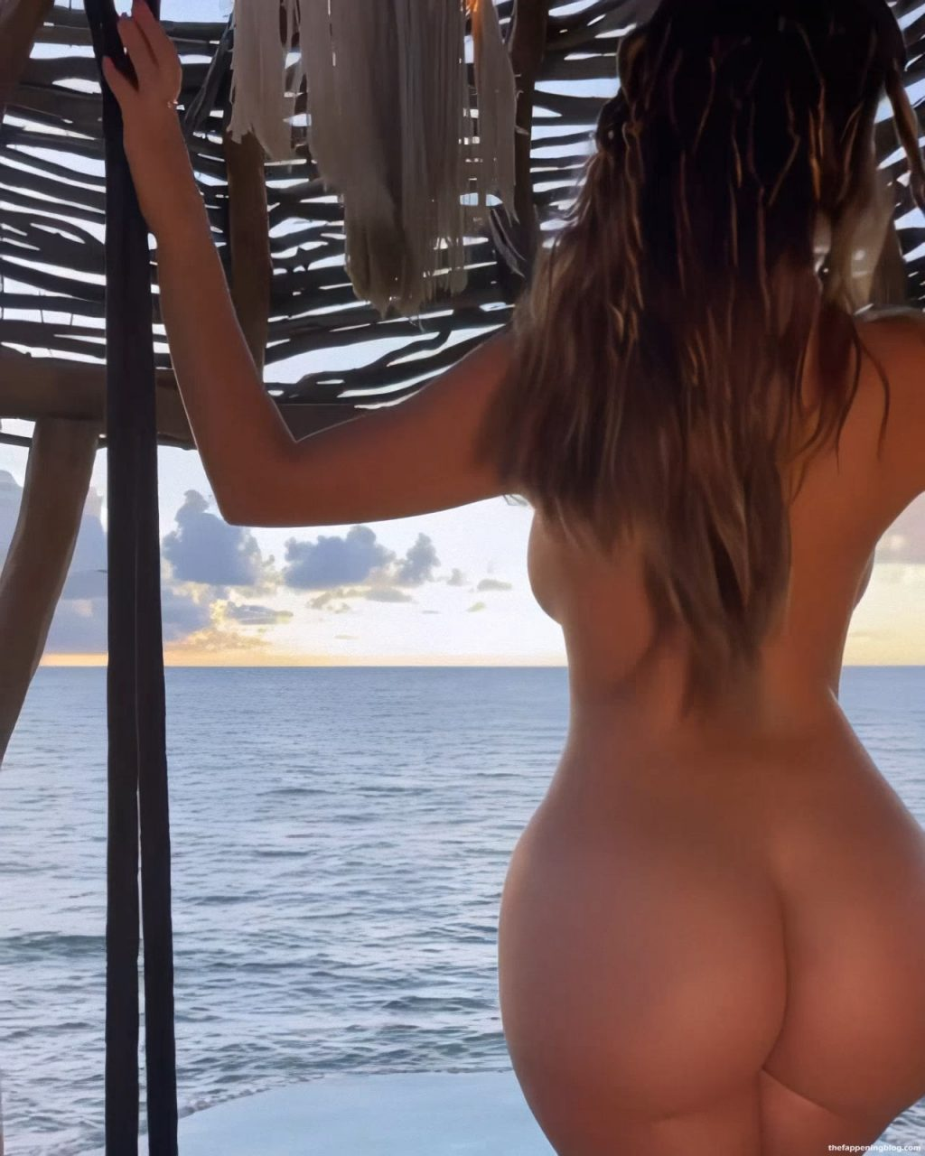 Demi Rose Shows Off Her Nude Butt (5 Photos + Video)